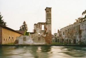 Olivo-Barbieri-Turbigo-resti-della-vecchia-dogana-austriaca-1995-Museo-di-Fotografia-Contemporanea-Archivio-dello-Spazio-577x388