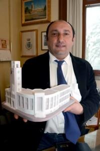 Predappio_sindaco_Giorgio-Frassinetti_modellino_Palazzo_Ventennio