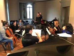 Totem_Magenta_Andrea-Raffanini_Il-salotto-romantico_Ensemble_prove