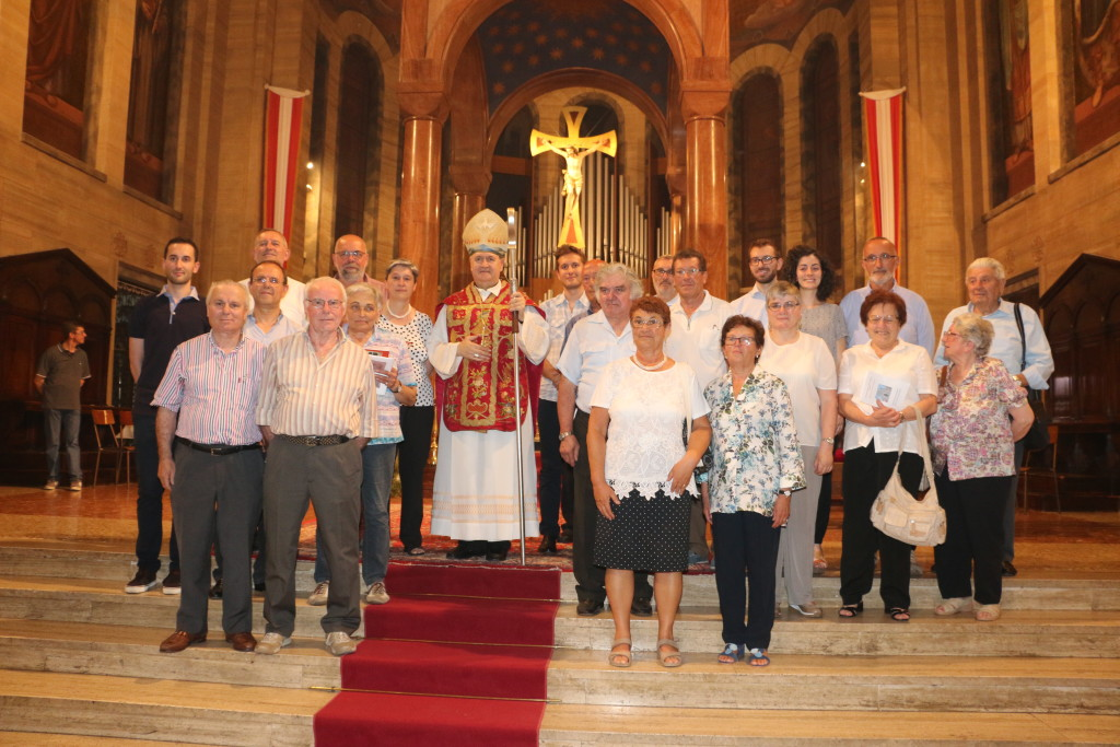 gruppo coro con Vescovo