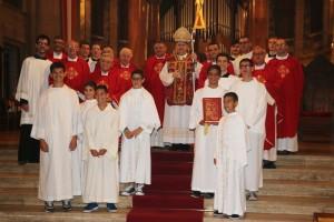 vescovo con preti