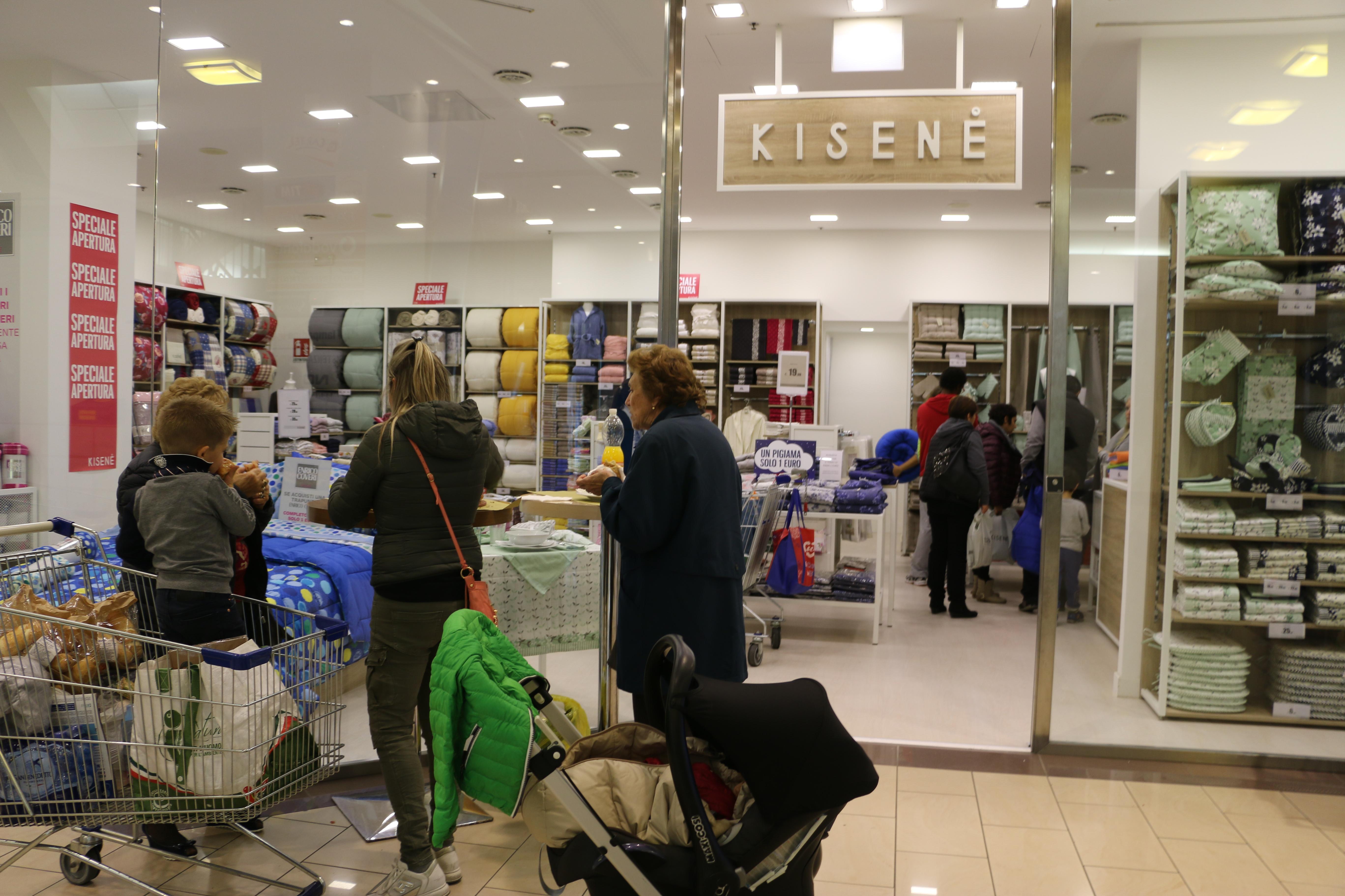 """e1289fb4e3 Sabato mattina è stato inaugurato il negozio di biancheria per la casa del  Brand Kisenè presso il Centro Commerciale """"Il Gigante""""."""