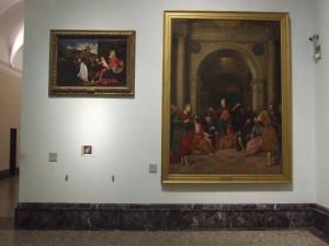 Le pareti della Pinacoteca lasciate scarne da prestiti o restauri