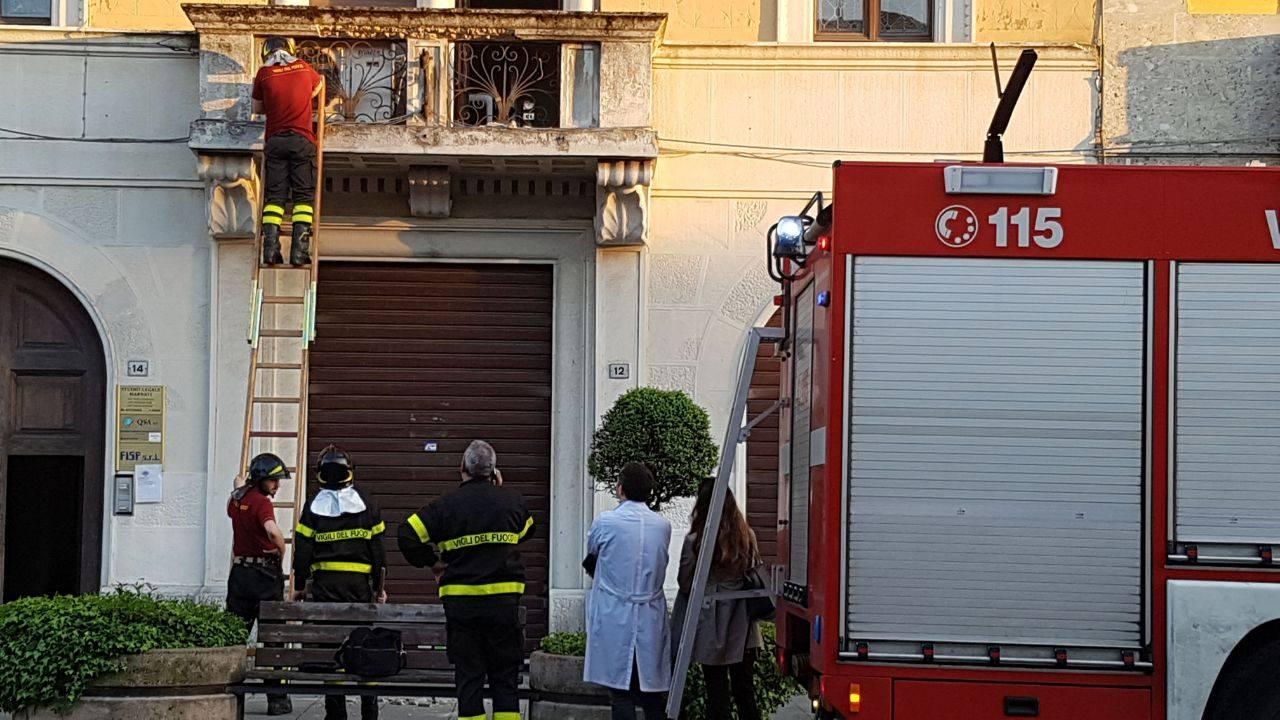 Balconi Piccolissimi : Magenta calcinacci si staccano da un balcone in piazza liberazione