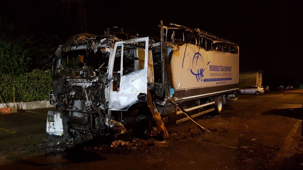 Camion in fiamme a mesero era adibito al trasporto di - Foto di grandi camion ...