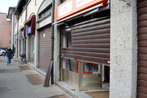 Bareggio - Spaccata negozio telefonia