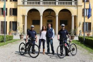 Presentazione mountain bike al centro Sindaco Giuseppe Pignatiello e Assessore Carola Bonalli
