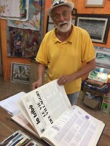 Claudio Jaccarino sfoglia La Tribù, organo di stampa della compagnia di teatro Comuna Baires.